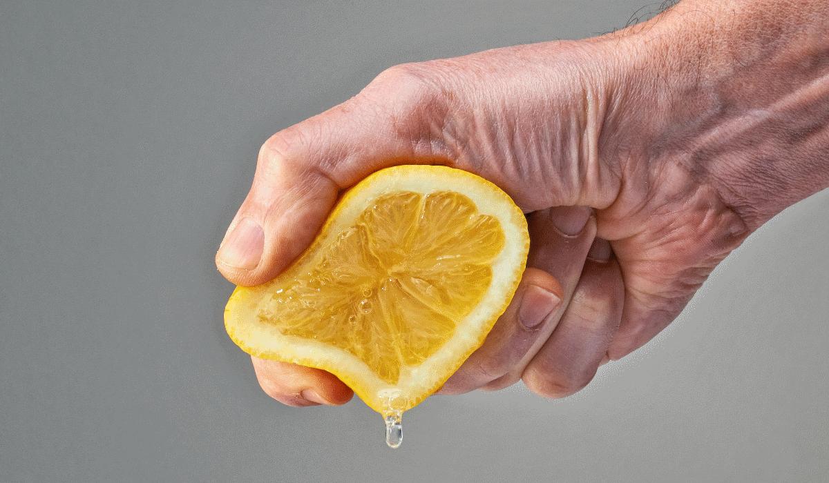 Esta é a única maneira correta de espremer um limão