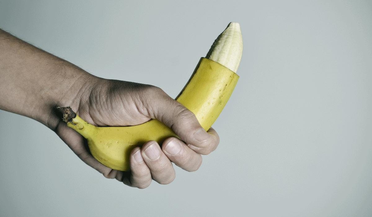 A nova tendência da masturbação masculina envolve uma banana