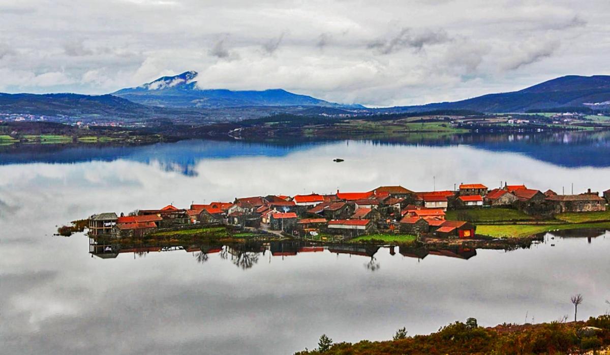 Vilarinho de Negrões, a aldeia sobre uma estreita península para conhecer em Montalegre