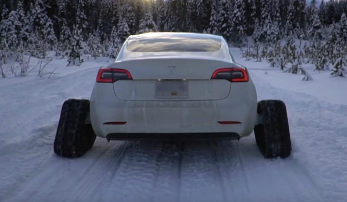 Este Tesla Model 3 foi modificado com lagartas para a neve