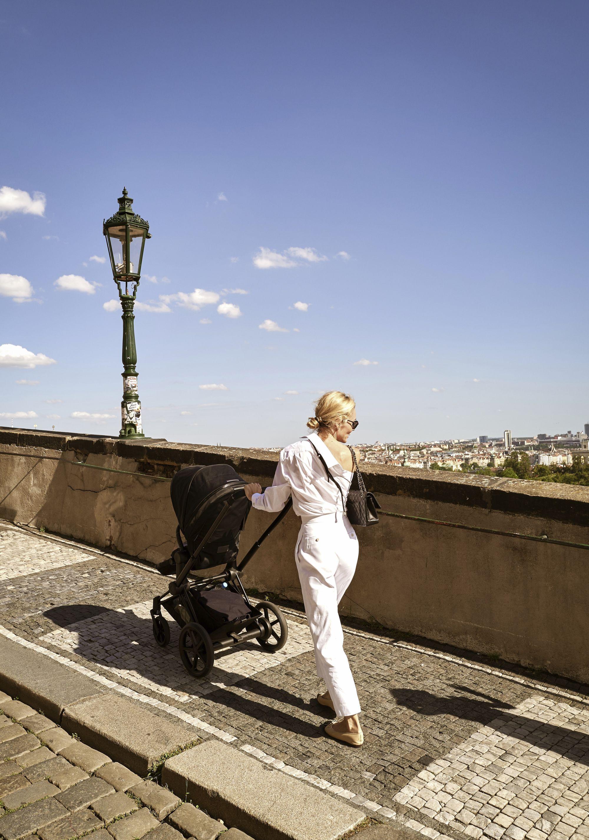 Este carrinho de bebé com motores elétricos torna os passeios mais fáceis
