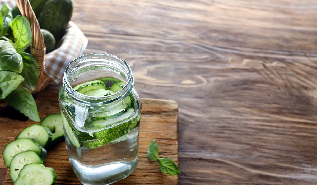 6 benefícios para o organismo se beber água com pepino