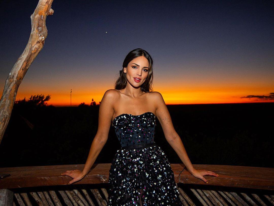 Eiza González, a atriz que celebra o Dia dos Namorados em topless, com pizza e três orgasmos