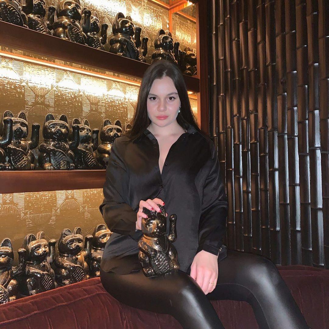 Longe dos tachos e panelas do pai, HollyAnna Ramsay aposta tudo na carreira de modelo