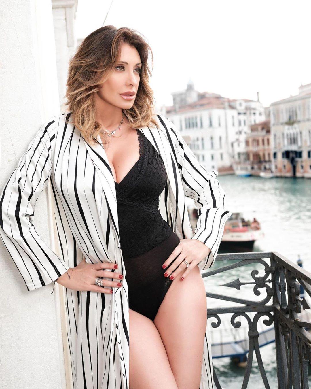 Sabrina Salerno volta à televisão em grande forma e com direito a percalço viral