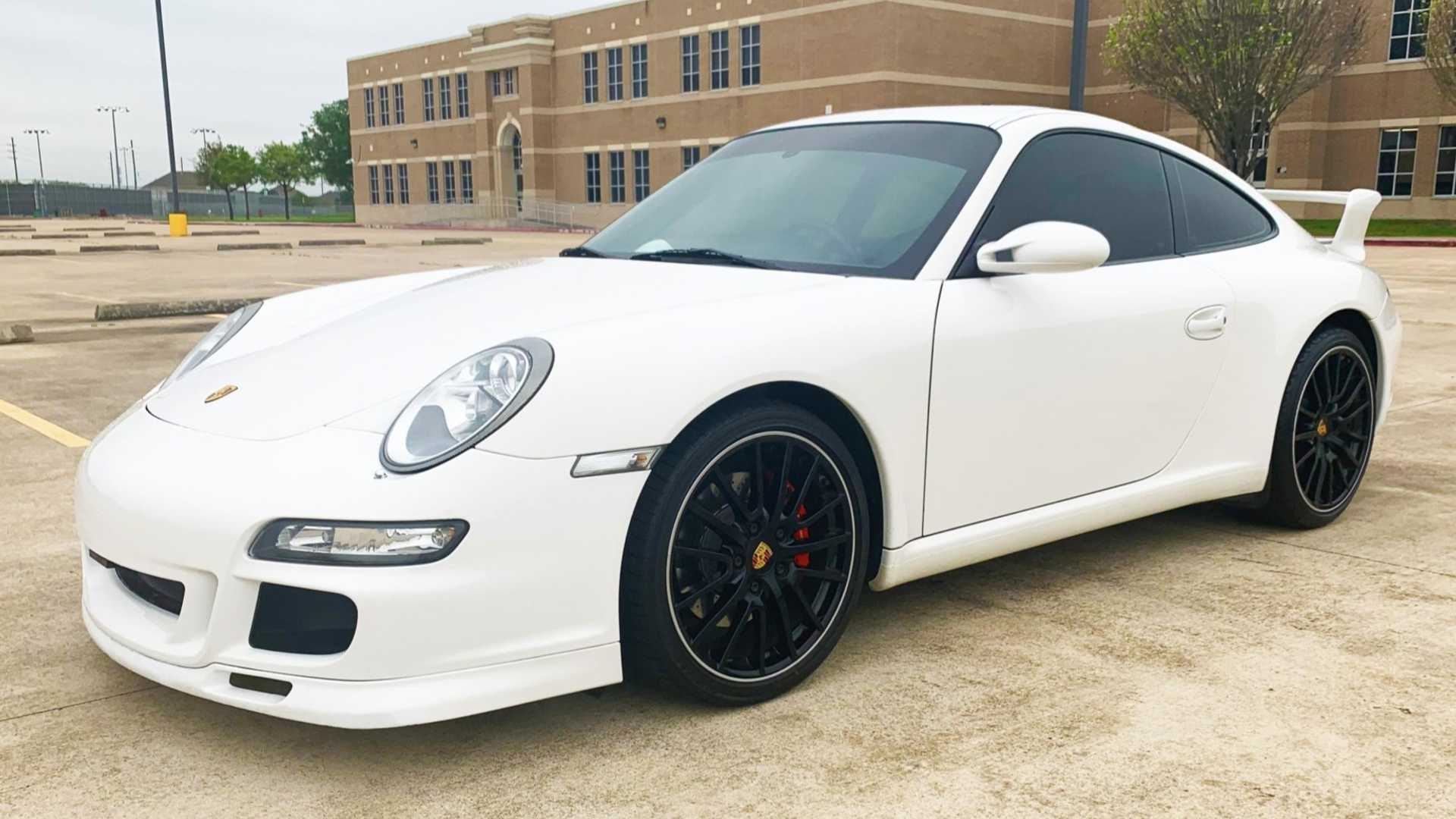 Neste peculiar Porsche 911 Carrera S o lugar do condutor é ao centro