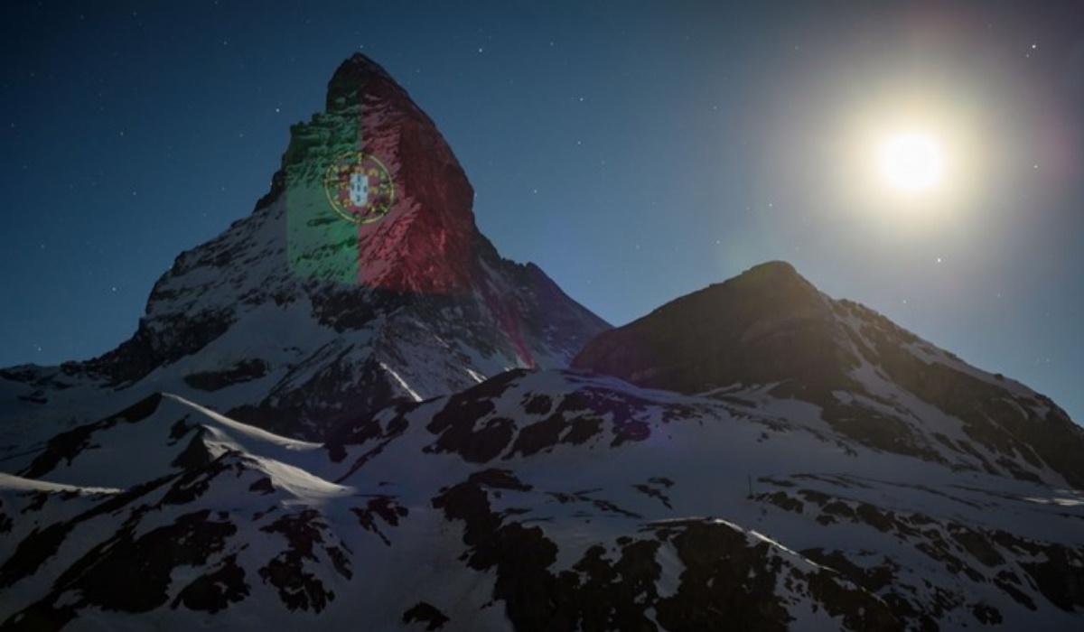 Alpes brilham com as cores de Portugal numa mensagem de esperança contra o Coronavírus