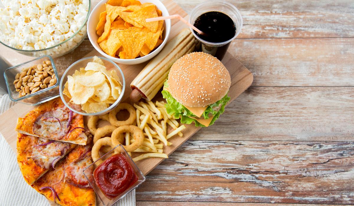 5 alimentos que deve evitar para não engordar durante o isolamento social