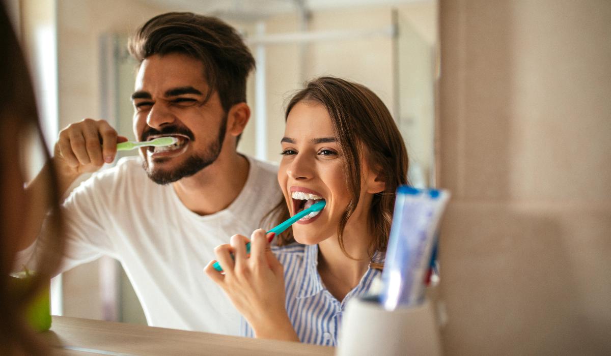 É isto que tem de fazer para aumentar a longevidade da sua escova de dentes