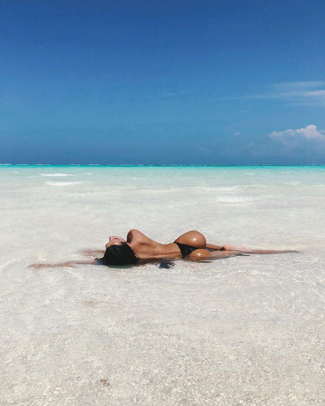 Adriana Hughes e o treino na praia que deixa meio mundo de boca aberta