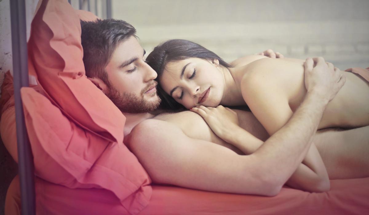 Fique a saber o que dormir nu pode fazer pela sua vida sexual