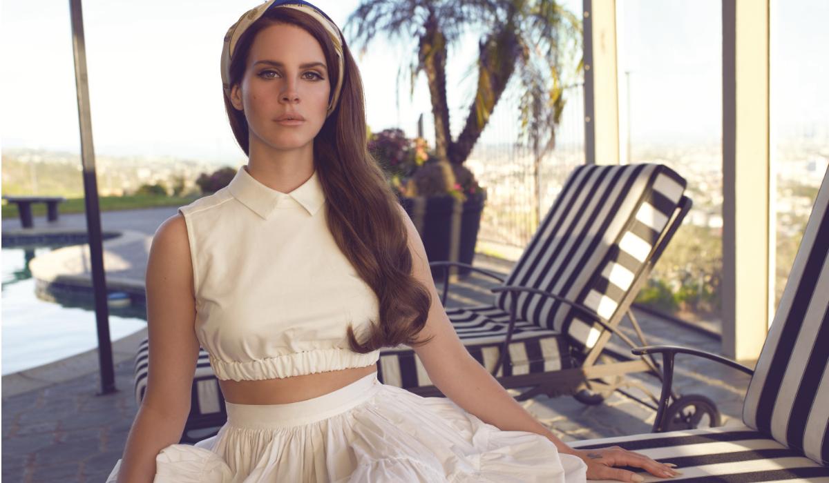 Lana Del Rey anuncia álbum, arrasa cantoras e é alvo de críticas