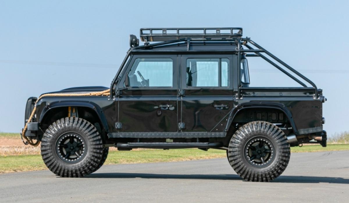 Land Rover Defender utilizado em filme de James Bond vai a leilão