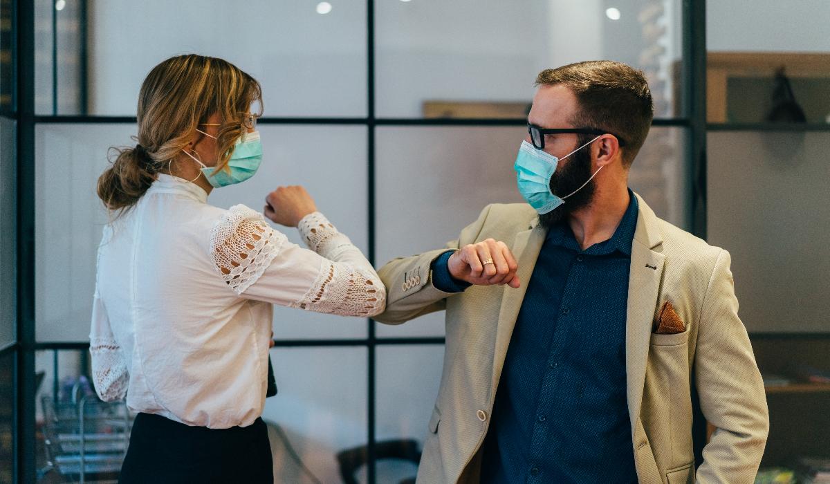 5 motivos que ajudam a explicar por que sente mau hálito quando usa máscara