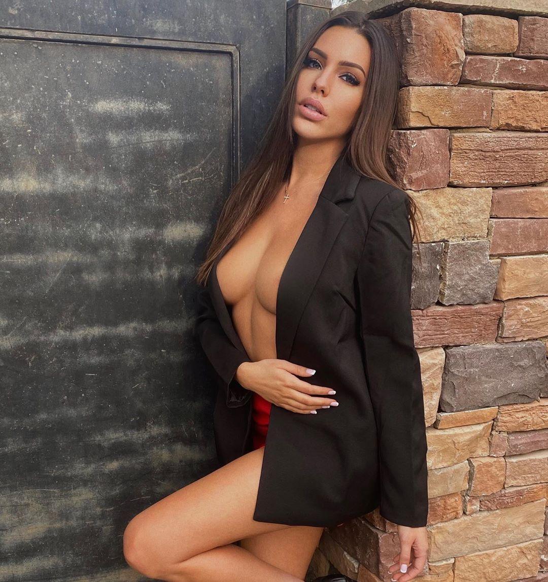 Paige Woolen, a modelo que expõe as mensagens assustadoras que recebe