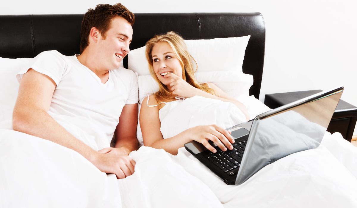 Casais recorrem a vídeos sexuais caseiros para ganhar dinheiro durante a quarentena