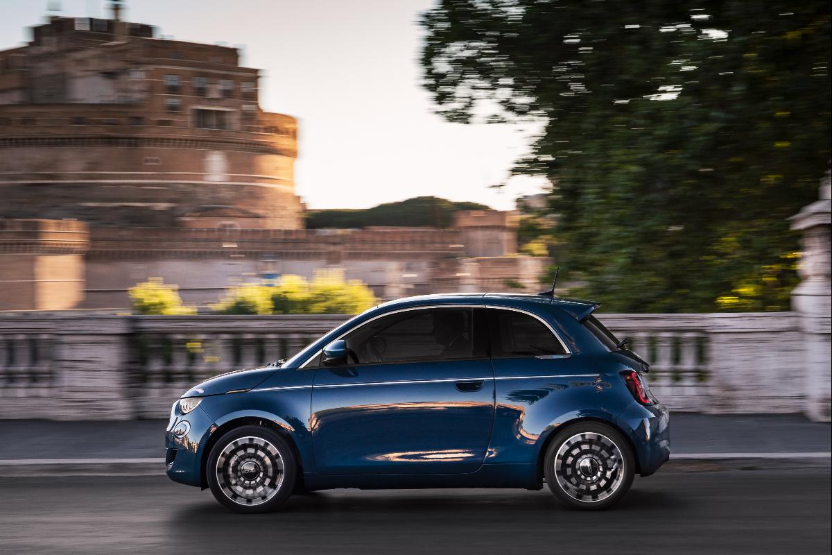"Novo Fiat 500 elétrico ""La Prima"" berlina já se encontra disponível para pré-reserva"