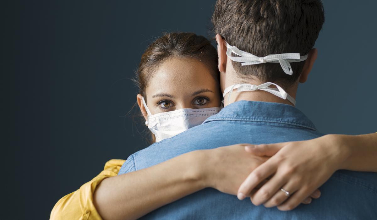 Coronavírus: fique a saber se é mais seguro dar um aperto de mão ou abraço