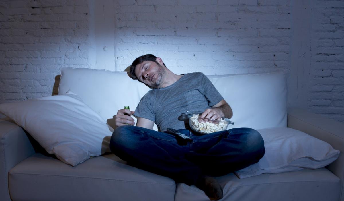 Saiba o risco que corre por adormecer com a televisão ligada