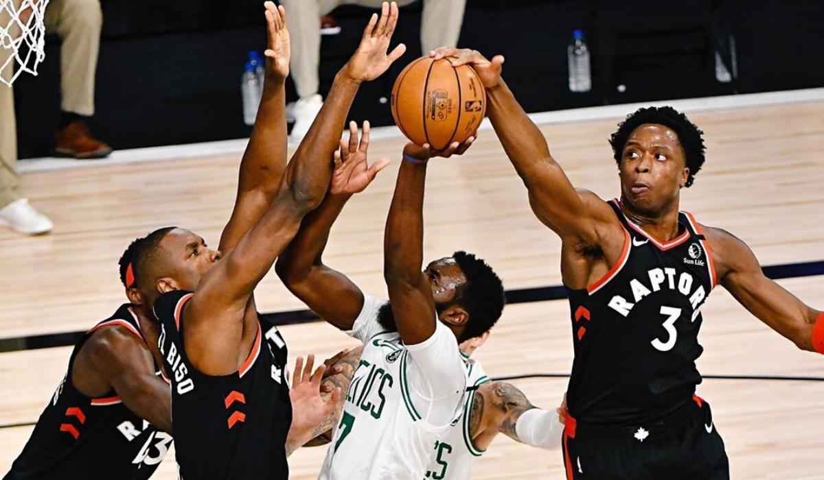 Campeões da NBA evitam eliminação com invasão de campo do treinador