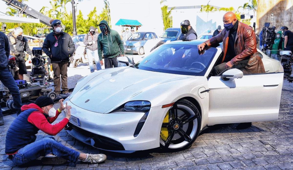 Dwayne Johnson interrompe rodagem de filme da Netflix por não caber num Porsche Taycan