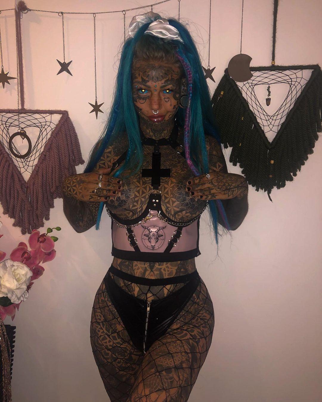 Amber Luke e as mais de 600 tatuagens que cobrem o corpo da polémica modelo