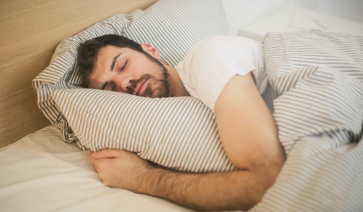 Sabe aquela sensação de que está a cair quando adormece? Isso tem uma explicação