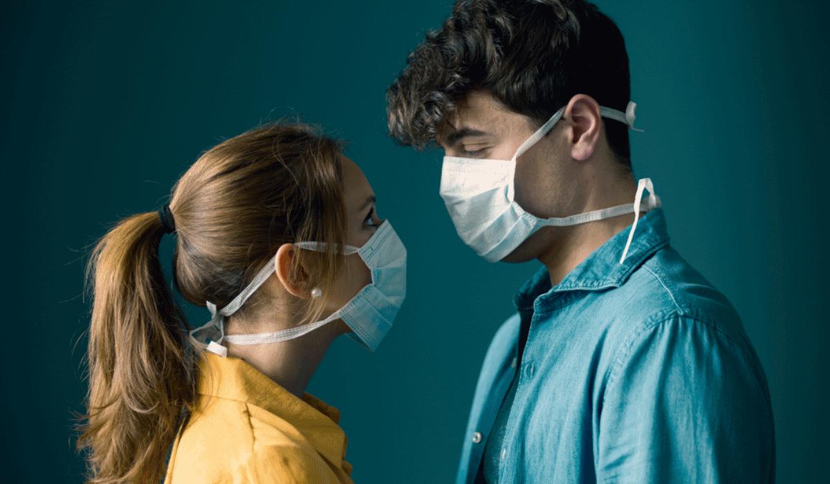 12 formas de seduzir enquanto está a usar máscara