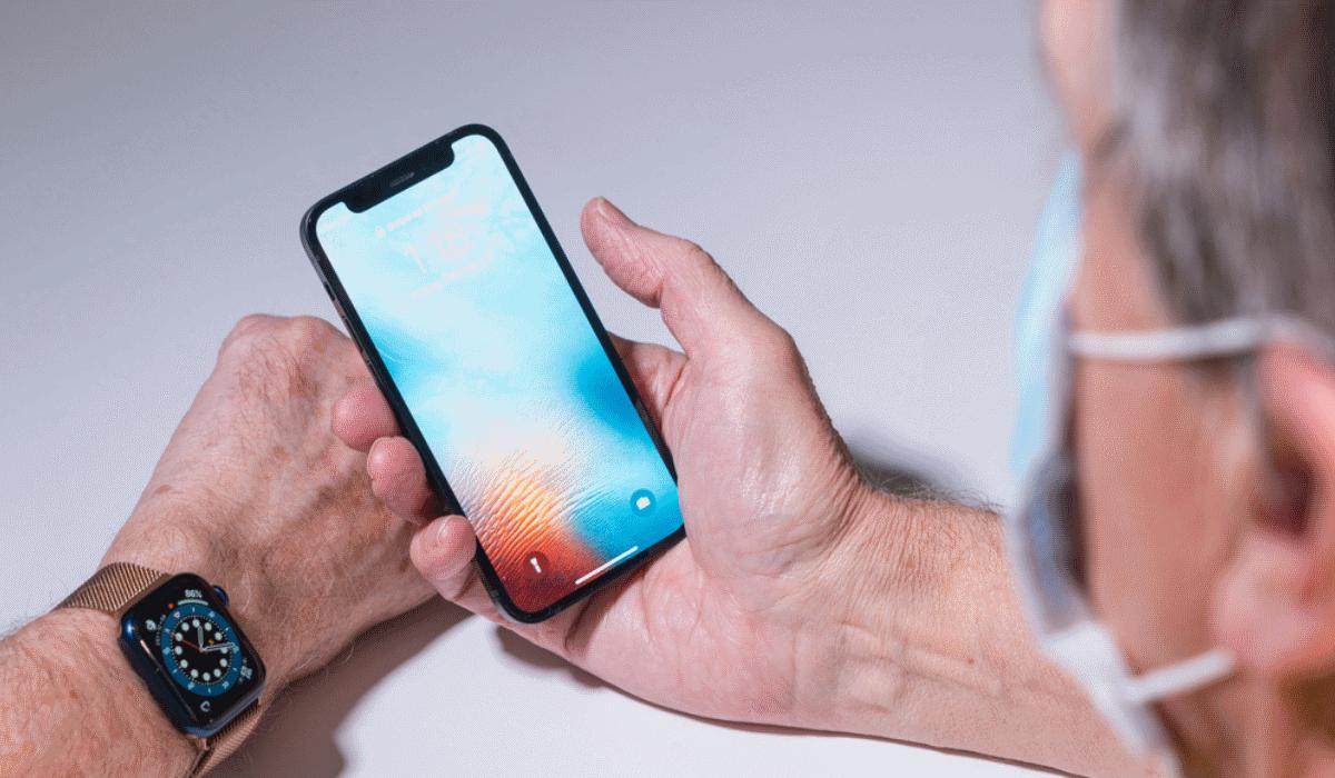 Já pode desbloquear o iPhone com reconhecimento facial enquanto usa máscara