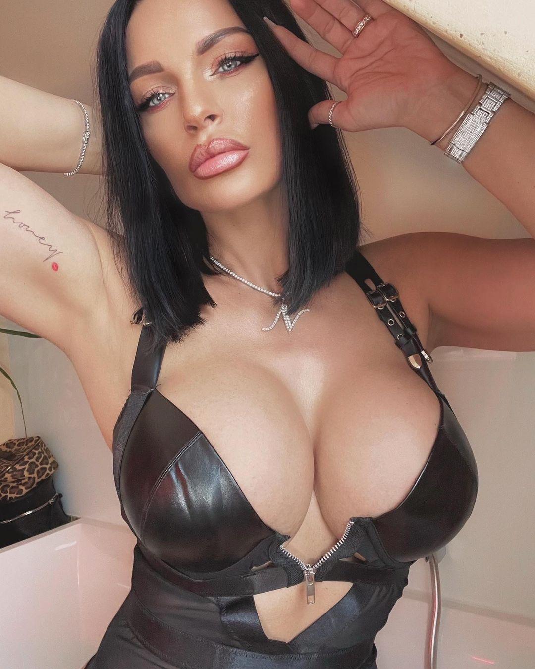 Nadine Kerastas, a modelo do polémico e comestível biquíni feito com máscaras cirúrgicas