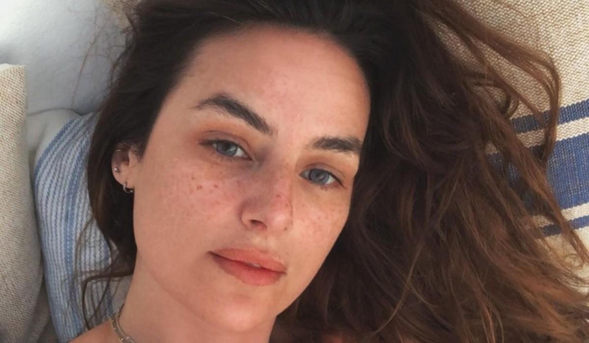 Helena Coelho encanta seguidores ao aparecer com tudo ao léu