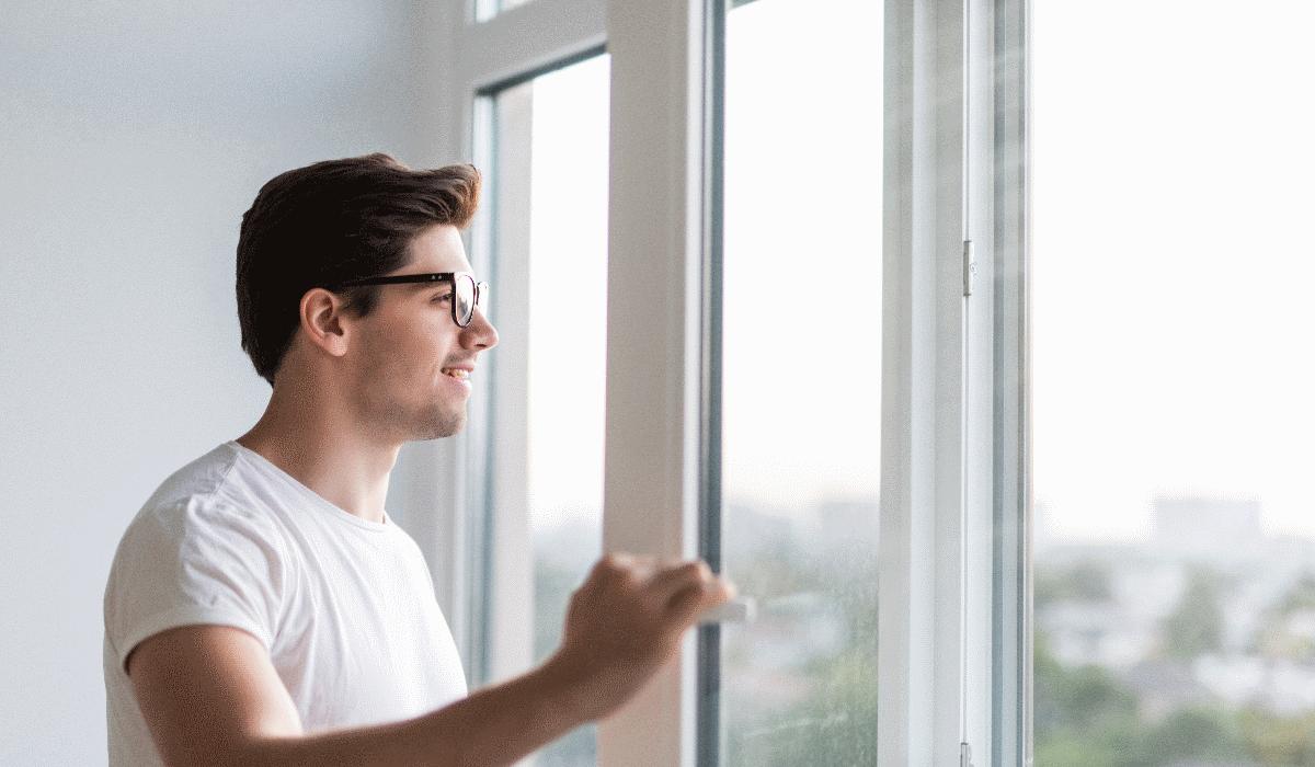 Fique a saber se deverá abrir ou fechar as janelas nos dias quentes